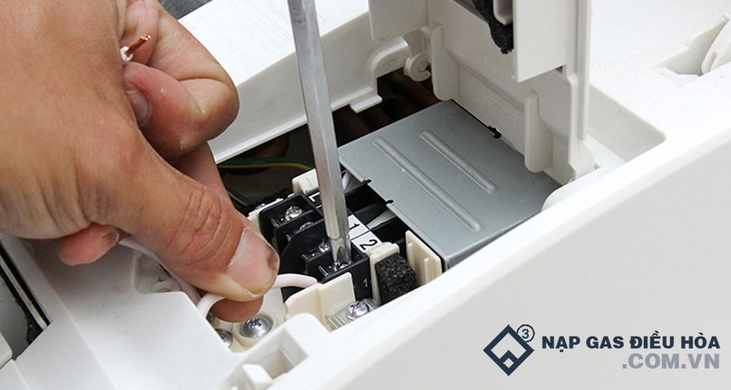 Đấu nối các đầu dây bên trong hộp điều khiển