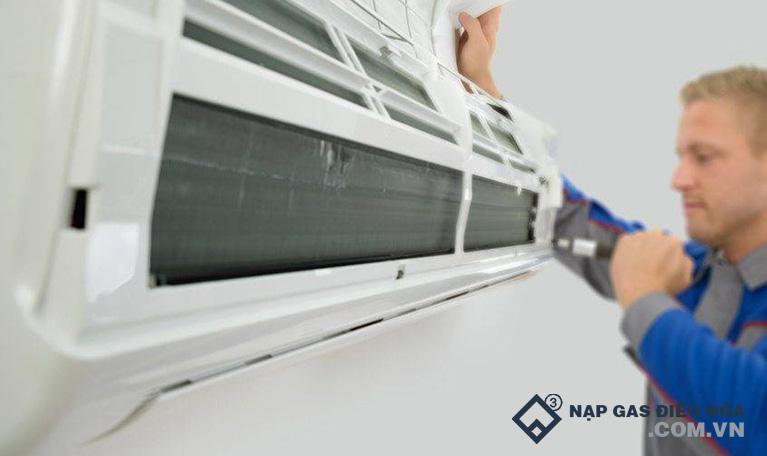 Tiến hành vệ sinh dàn lạnh máy điều hòa