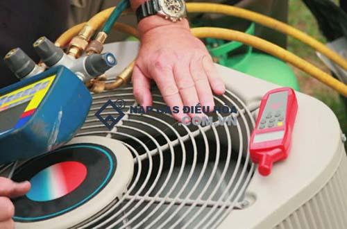 Kiểm tra nhiệt độ cục nóng khi nạp ga