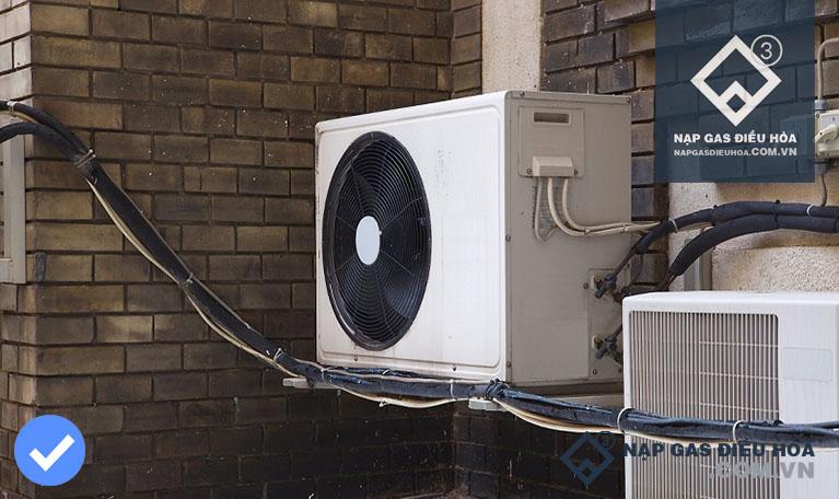 Lắp cục nóng điều hòa phía tường bên ngoài của ngôi nhà